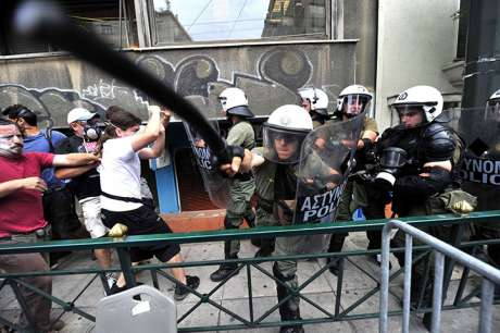 "Greek journalist: police in Syntagma ""flirted with death"""